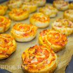 Рулетики из слоеного теста с колбасой и сыром — ленивая пицца